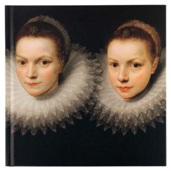Muistikirjan kannessa kaksi tyttöä
