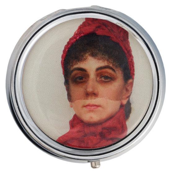 Pyöreän rasian kannessa naisen kasvot