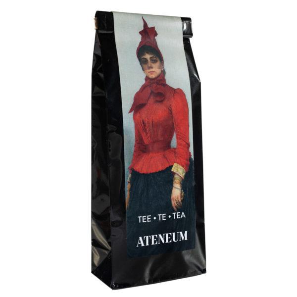 Musta teepakkaus, jossa nainen punaisessa takissa