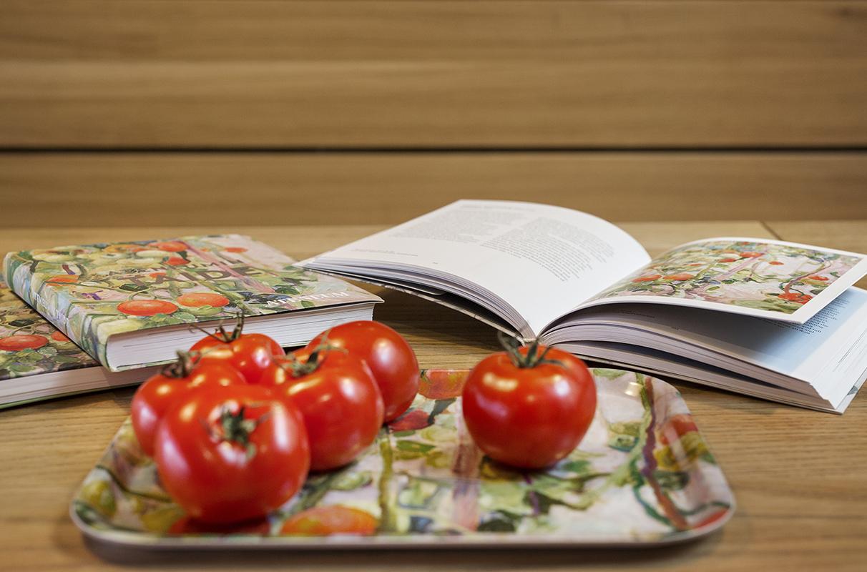Museokauppatuotteita ja tomaatteja puisella pöydällä