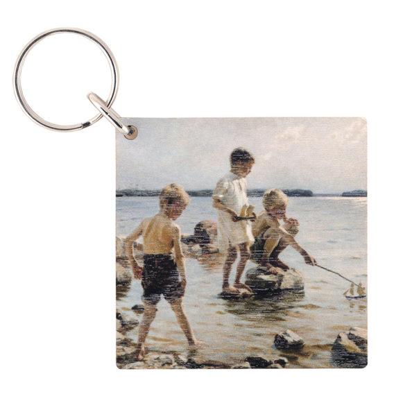 Neliönmallinen puinen avaimenperä jossa kuva leikkivistä pojista