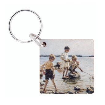 Neliönmallinen puinen avaimenperä jossa kuva rannalla leikkivistä pojista