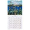 Seinäkalenterin aukeaman yläosassa maisema ja alaosassa kalenteriruudukko