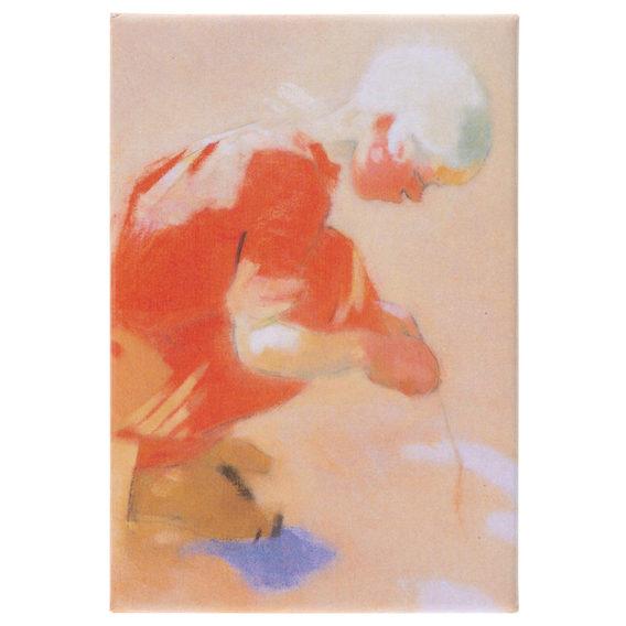 Suorakulmaisessa magneetissa oranssisävyinen kyykyssä leikkivän lapsen kuva